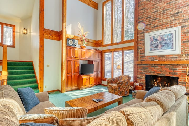 Wooded home with private sauna, full kitchen- access to clubhouse amenities!