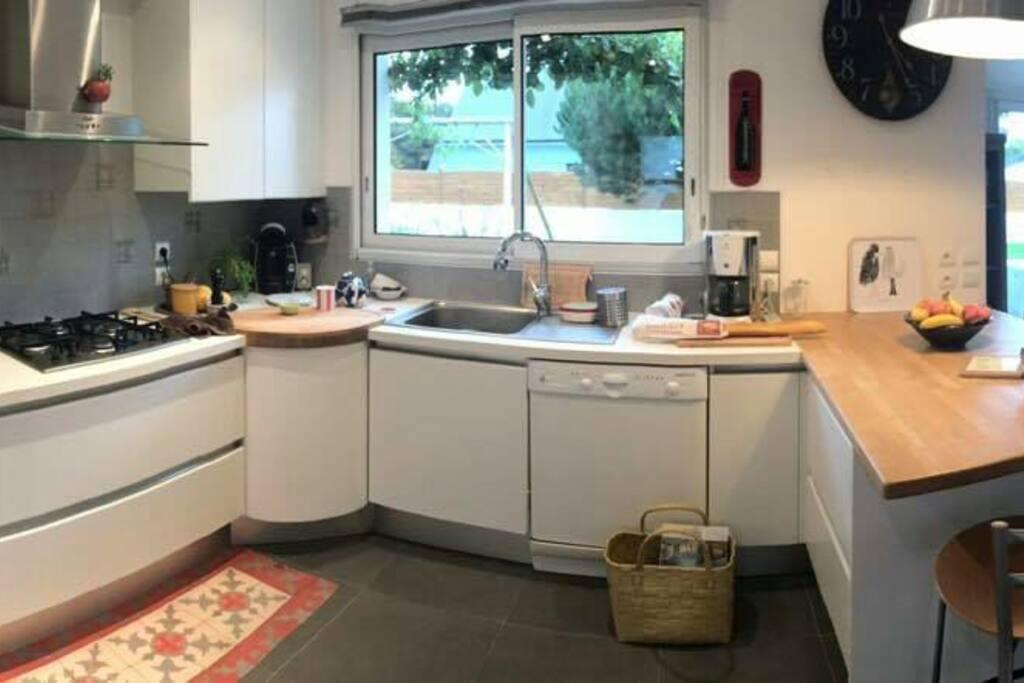 cuisine tout équipée ouverte sur le séjour.
