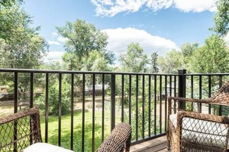 ☀Close to Downtown☀  Retreat w/Balcony & Kitchen