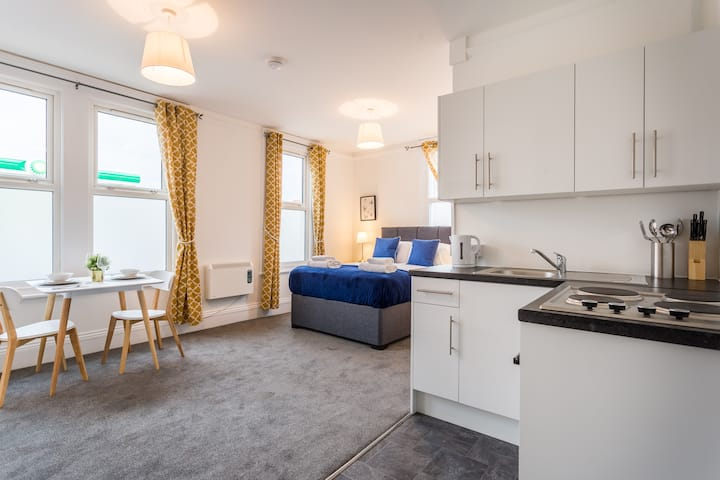 ☀️ Stunning Studio w/ Parking + Bath, Sleeps 2 ☀️