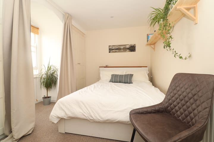 Cozy Double Bedroom in Brixton