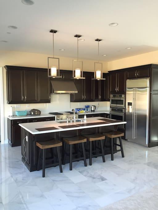 大器且设施齐全的厨房、白色天然大理石地面