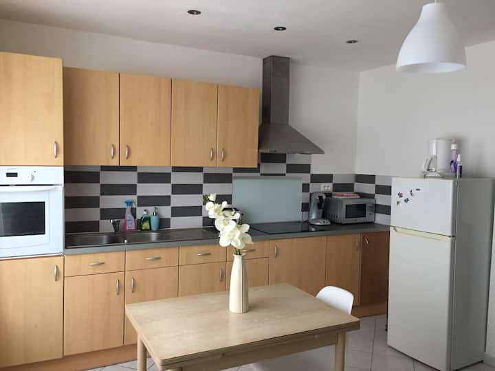 Cosy flat 5 pax quiet with WiFi Near center