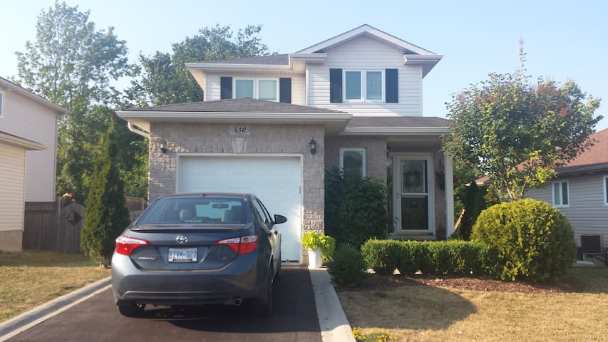 Beautiful, bright & cozy home on quiet street. - Kingston - House