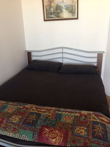 Large modern room in Gatton seperate entry $60
