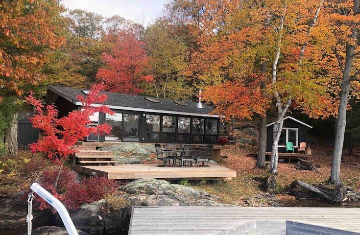 Quaint cottage on the waters edge of Lake Muskoka