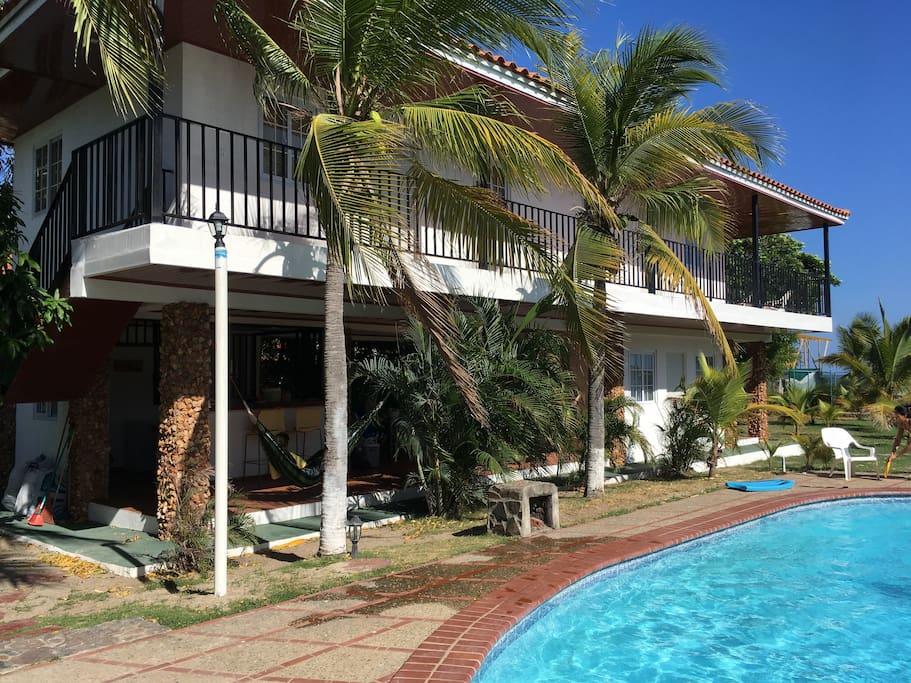 Se alquila casa entera frente al mar de 3 recámaras muy cómodas con vista la mar, y acceso directo a la playa.