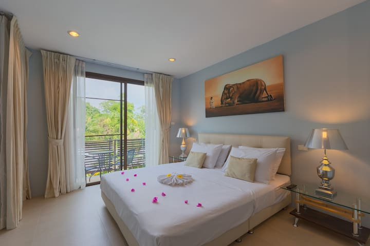 Suite with Jacuzzi and Pool in Nai Harn Beach