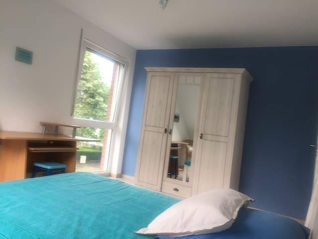 Bright and quiet bedroom close to Düsseldorf