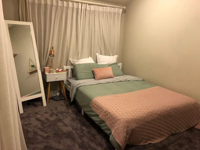 Sunny Spacious room in Auckland Home