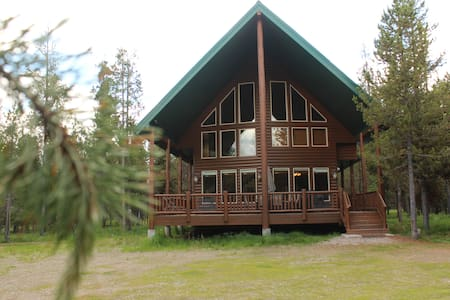 Pine Haven Luxury Cabin 4 Bdrms + Hot tub + WiFi