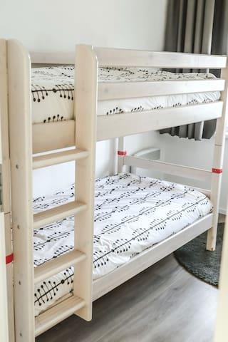 In de middelste slaapkamer is een stapelbed geplaatst, 2 bedden elk 0.90 x 2.00 mtr.