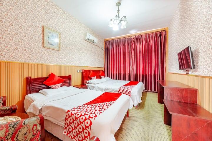 彩灯公园华天商务酒店豪华双床房一间