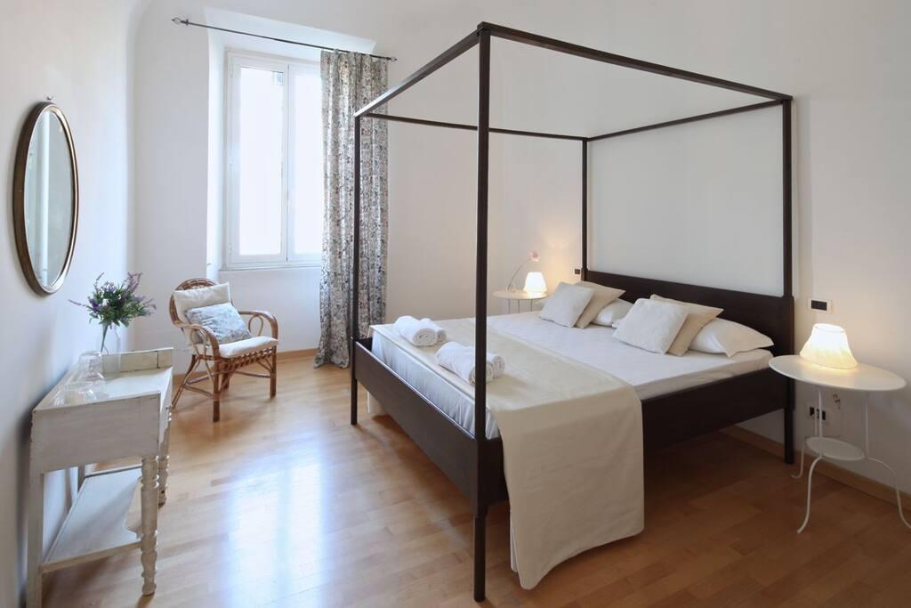chambre avec grand lit romantique