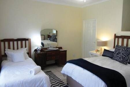 Room 11 - Zebra Crossing - Guest House Pongola