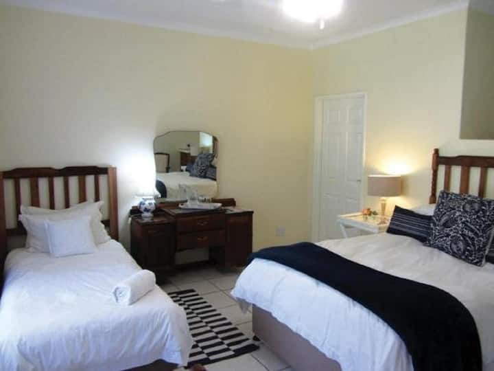 Room 11 - Zebra Crossing - Guest House Pongola