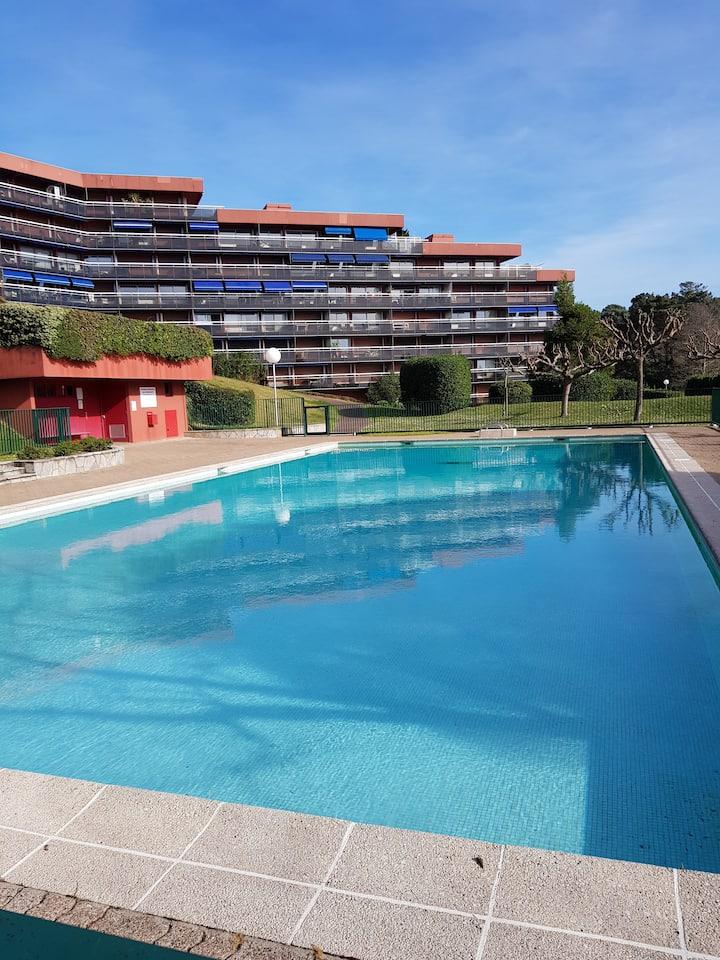Studio fonctionnel, calme, avec piscine, parking