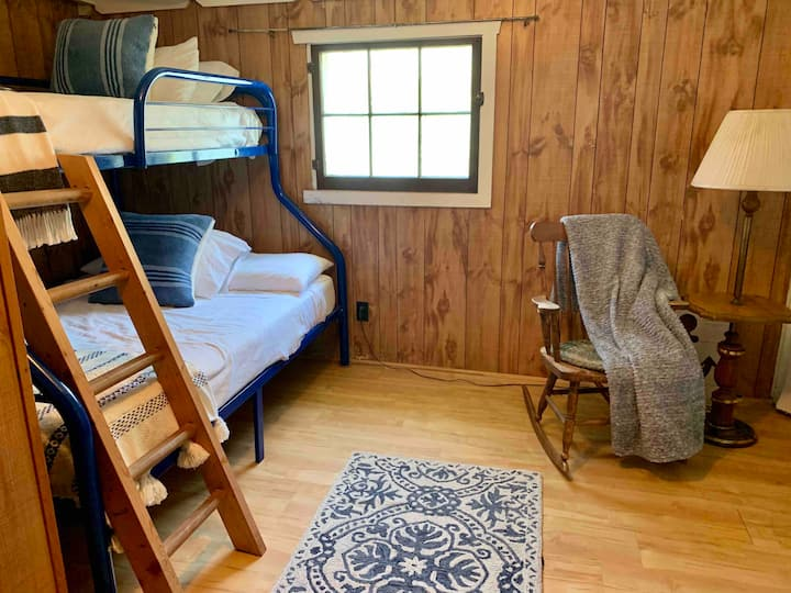 Historical 2BR Cabin on Hamlin Lake