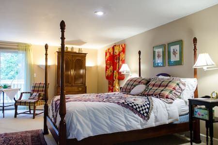 Luxury Suite - Special WINTER $65/SPRING $75 rates - Sandwich - House