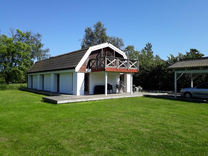 Hyggeligt sommerhus med havudsigt