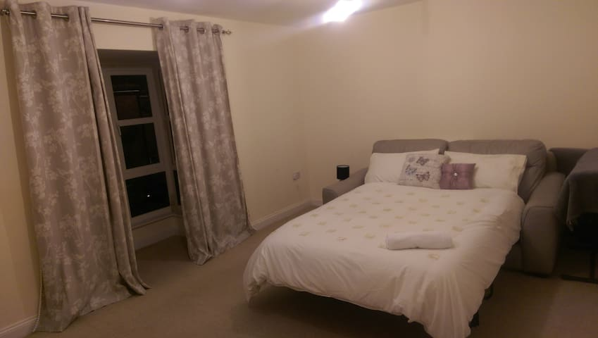 Spacious Double Room in a Friendly Family Home