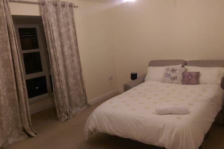 Spacious Double Room in a Friendly Family Home - Aylesbury