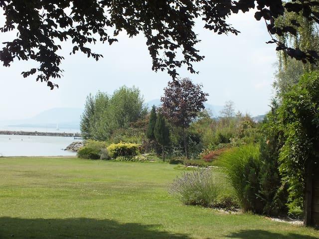 Villa pieds dans l'eau du lac de Neuchâtel