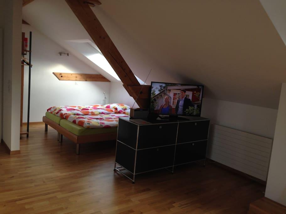 2 Betten mit hochwertigen Matratzen, Dachfenster abdunkelbar.