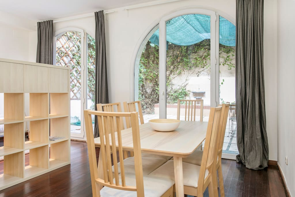 Very bright dining room with access to the terrace