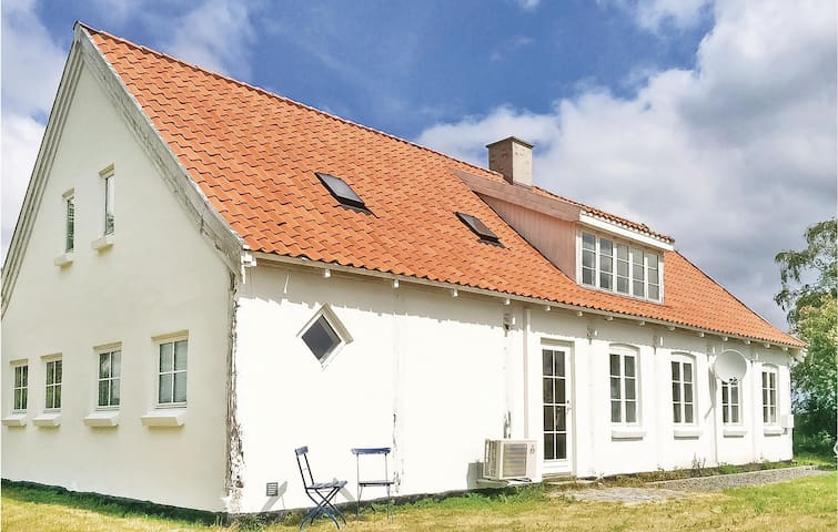 Former farm house with 4 bedrooms on 131m² in Gudhjem
