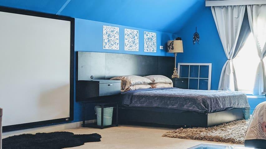 Cozy Blue King & Queen beds 2-4+ people)