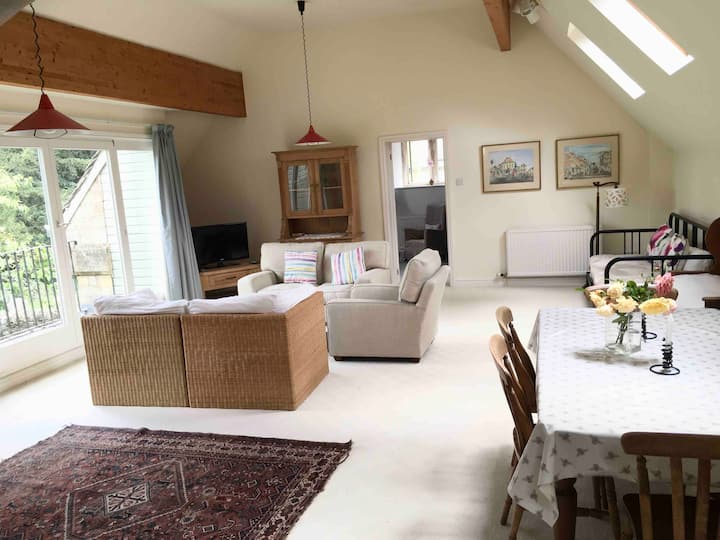 Spacious flat with breath-taking Cotswold views