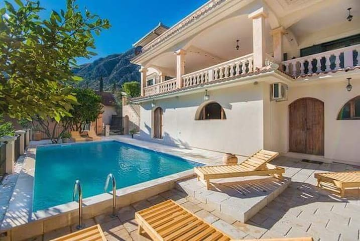 Villa Splendour with private pool and luxury view