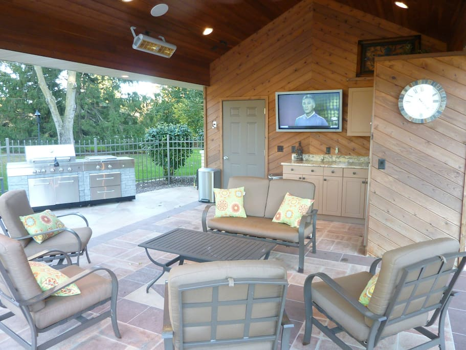 Pool House w/ TV, Refrigerator and large Gas Grill