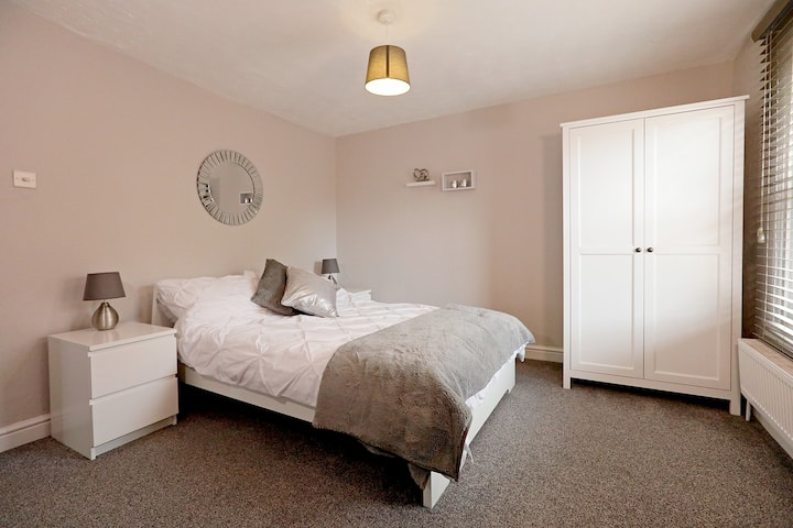 2 Bedroom Cosy Apartment - Close to Station