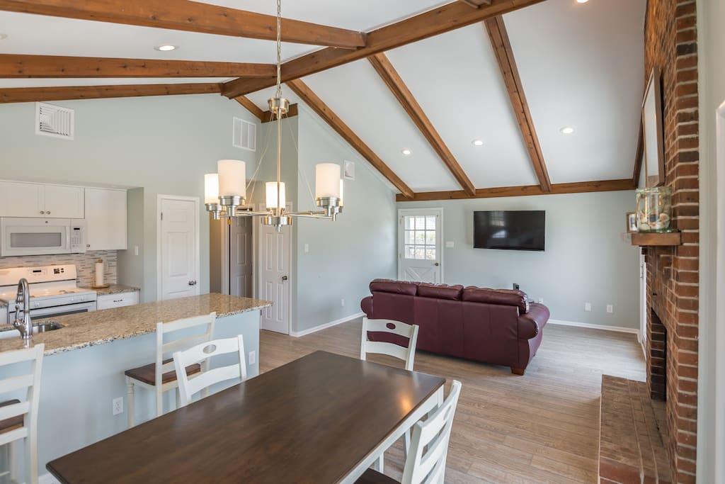 Vaulted Ceilings and Open Floorplan For Hanging Our Or Meals