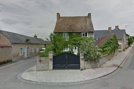 Maison de caractère dans un petit village. - Maigné - Haus