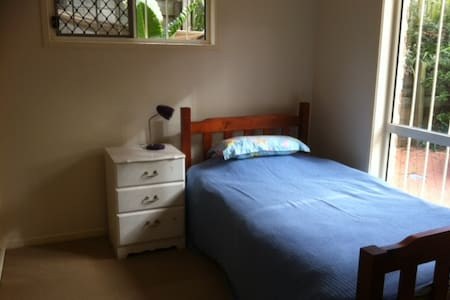Single bed in Aussie home - Wishart - House