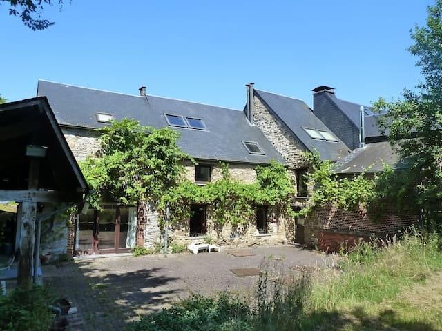 Vieilles pierres et verdure (2 --> 9p, 3 chambres) - Hermeton-sur-Meuse - Casa