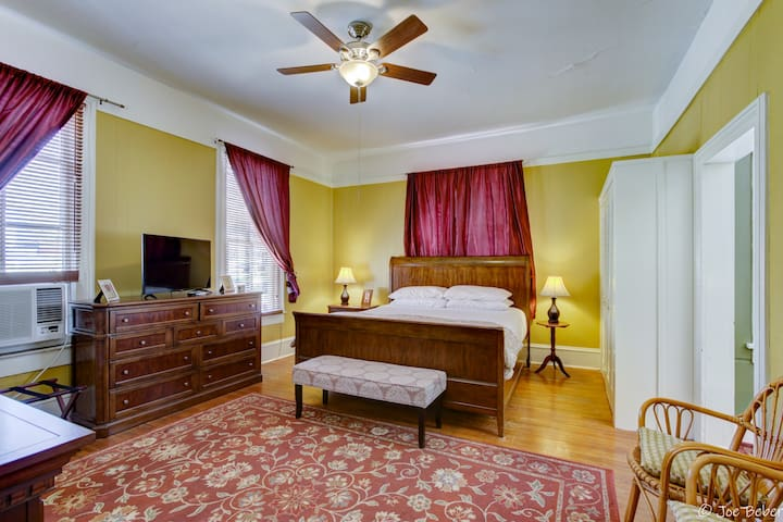 Pool-View Apartment in Historic Manor