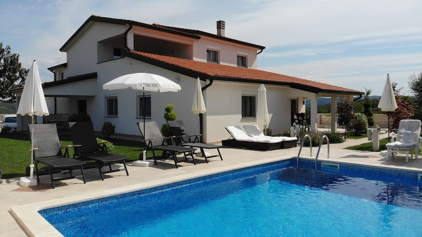 Apt for 4 persons with pool in Kaštel R53813