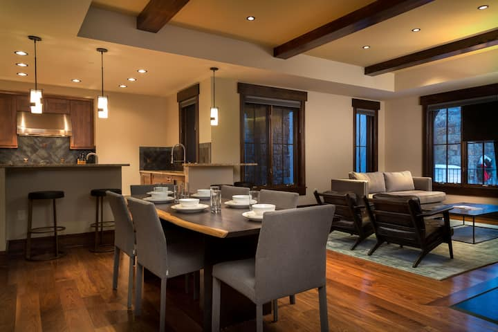 An Effortless Escape with Ski-in Ski-Out Access, Modern Decor and a Shared Hot Tub and Outdoor Grill Space
