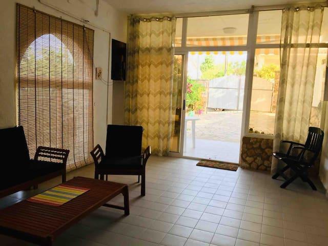 Salón de verano y entrada principal