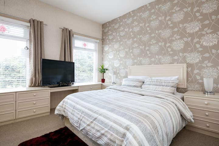 Anfield Large Kingsize Bedroom