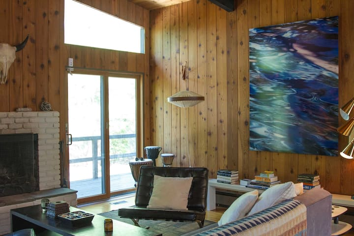 This spacious 1,500-square-foot unit comfortably sleeps 6 guests.