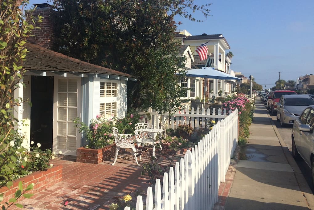 Cottage is just a short 1-2 minute stroll to the island beach on the harbor.