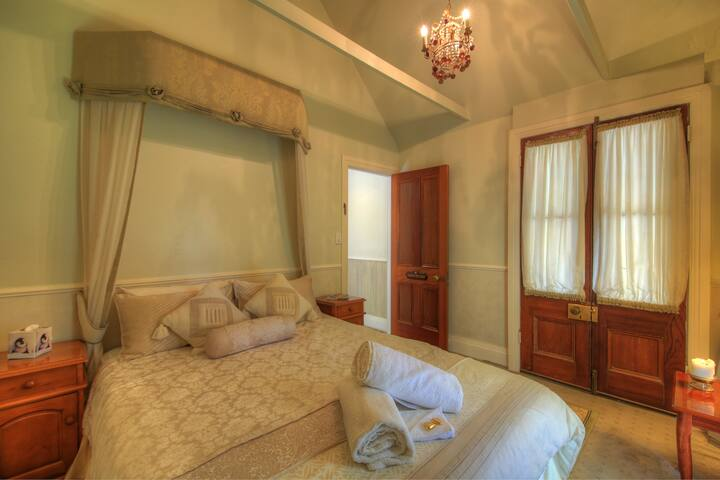 Laurels Guesthouse Queen Room