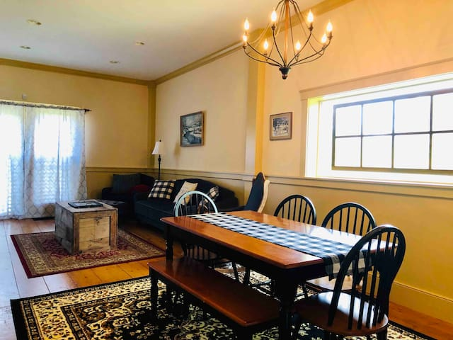 CARRIAGE HOUSE-COZY SKI GETAWAY! 20 MIN TO OKEMO!