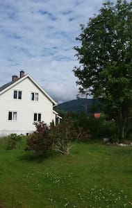 House with a beautiful fjord view - Sandane - House