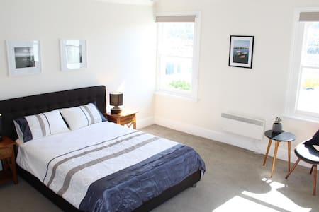 Sunny Central Hobart Apartment - Hobart